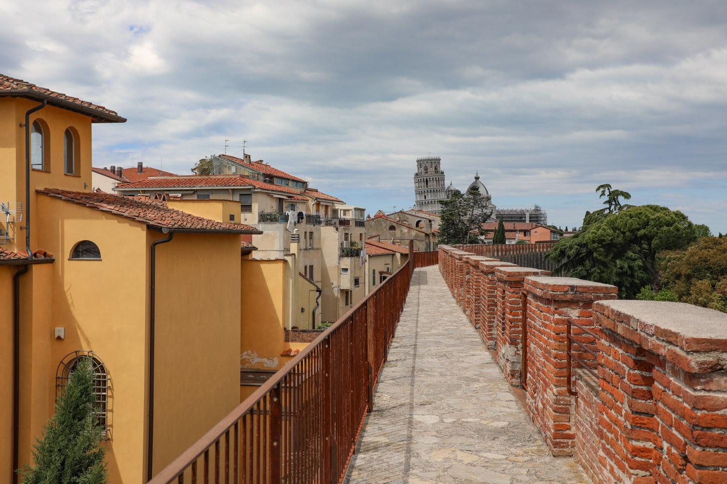 De stadsmuren van Pisa