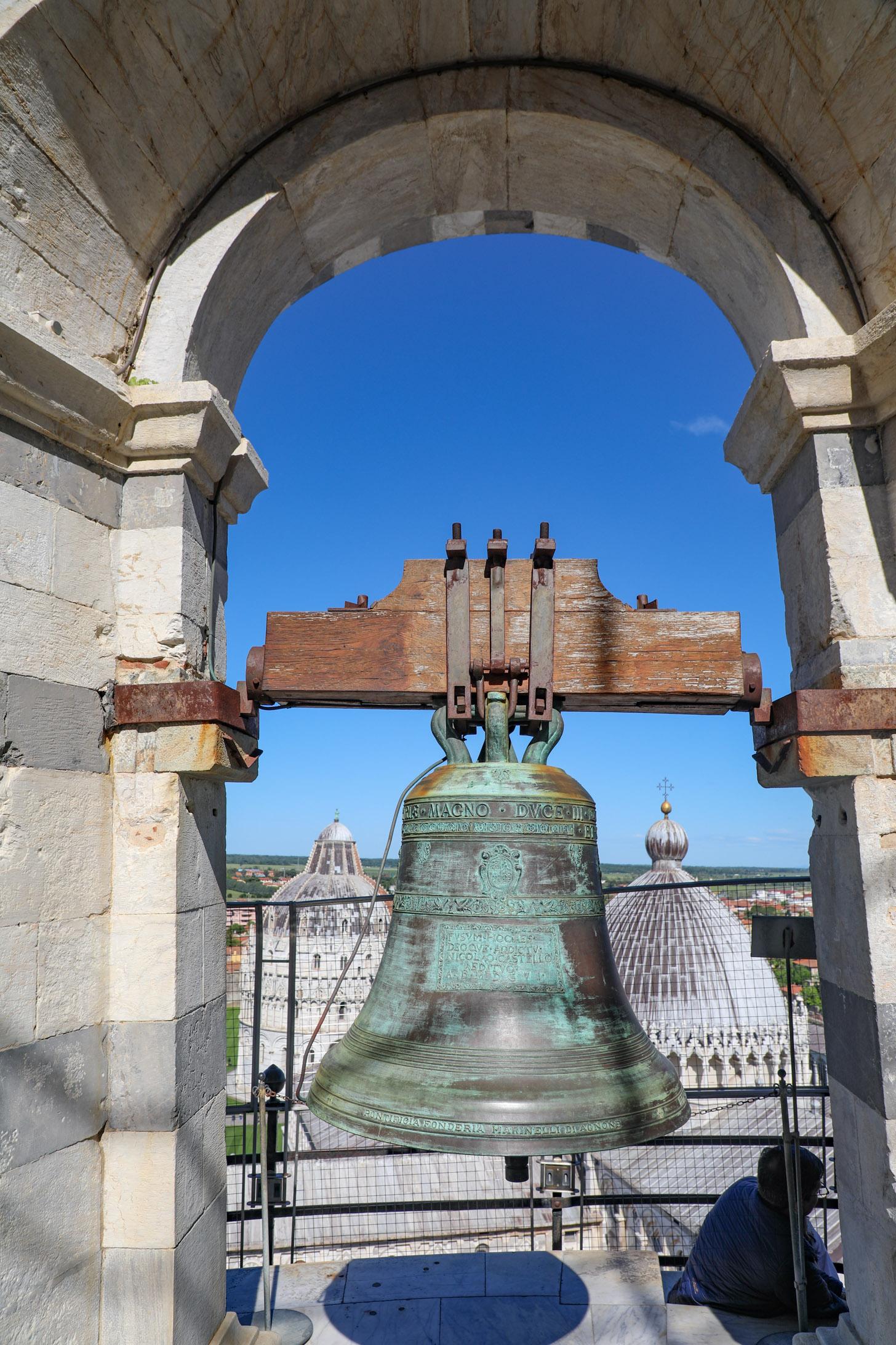 één van de klokken in de scheve toren van Pisa